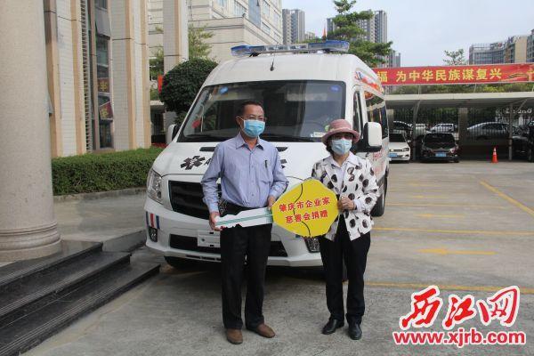 """捐贈企業代表向封開縣人民醫院代表移交""""鎖匙""""。記者 岑永龍 攝"""