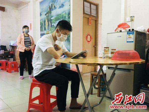 在政府部門的幫助下,鼎湖區貧困學生用上了平板電腦上課。 西江日報記者 陳明紅 攝