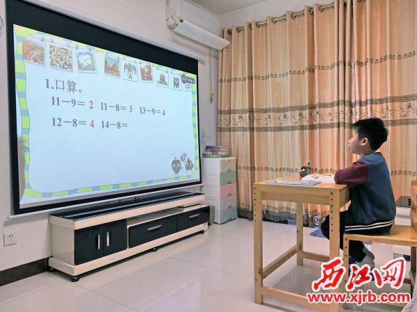 肇庆市第一小学一年级学生吴坤 杰在上数学网课。 西江日报记者 吴威豪 摄