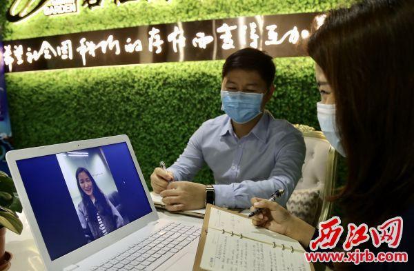 在碧桂园佛肇区域肇庆片区,招聘者与应聘者通过视频交流。 西江日报记者 杨永新 摄