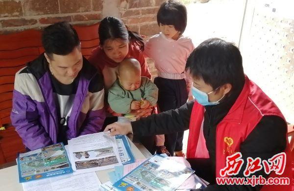 驻村干部练毅到贫困户苏勇盛(左一)家向其介 绍招工信息。 受访者供图