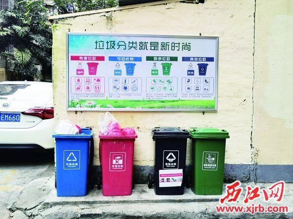 分类垃圾宣传深入小区。 西江日报记者 杨丽娟 摄