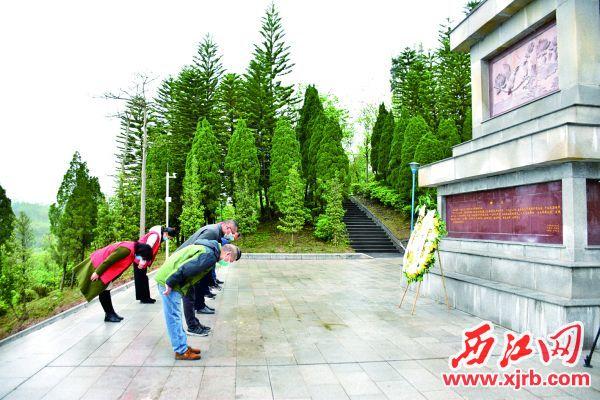 4月2日,怀集县工作人员和党员志愿者,代表全县人民和英烈家属到怀集烈士陵园敬献花圈。 西江日报通讯员 卢国红 摄