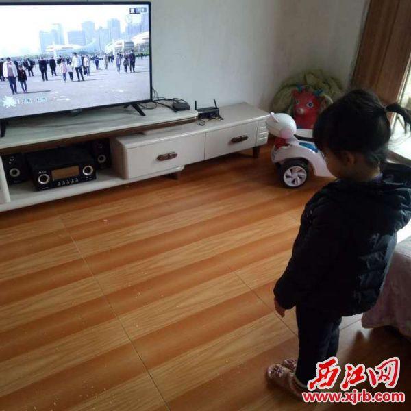 封开县小朋友在家中默哀。