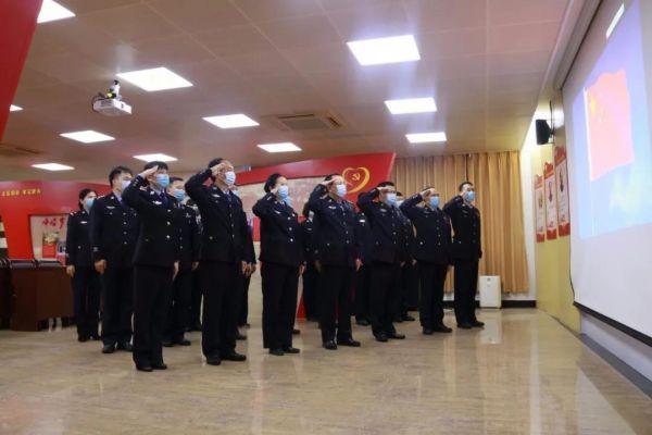 市公安局党员向国旗敬礼。 公安干警们, 这次战疫你们辛苦了!