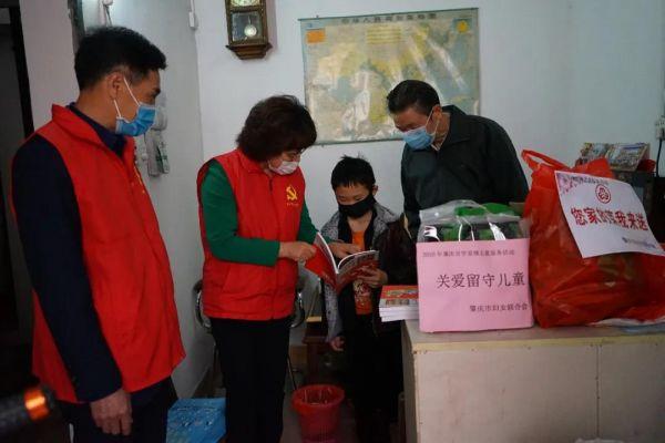 3月5日,肇庆市妇联党员志愿者到高要南岸街道文峰社区开展关爱留守儿童活动,送去食品和书籍等。