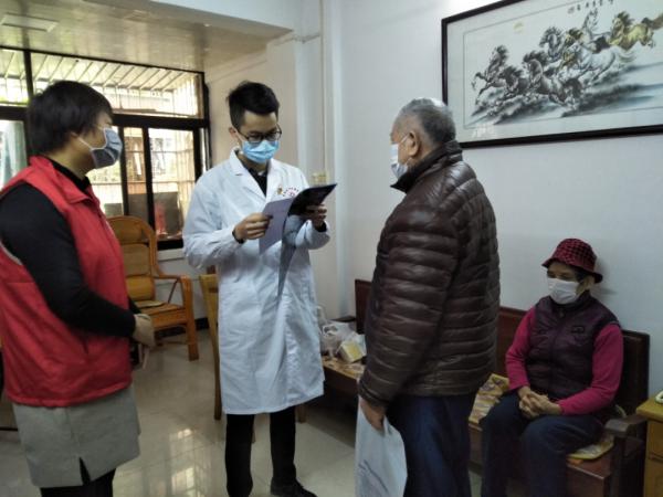 3月5日,团肇庆市委到端州区和平社区和柳园社区开展志愿服务活动。图为邀请医护人员一同上门进行健康教育,宣传防疫知识。