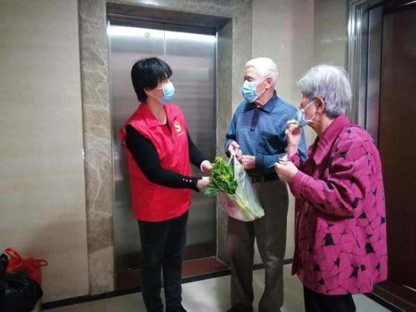 3月4日,肇庆市文化馆党员志愿者到端州区双东北社区开展关爱困难群众志愿服务活动。图为党员志愿者送菜上门。