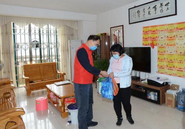 3月5日,肇庆市总工会党员志愿者到支援湖北医务人员家属家中开展关爱活动,帮助购买食品,送去消毒液和一次性手套等。