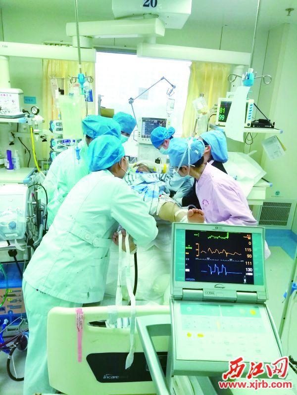 護理人員小心翼翼地為王女士護理。 受訪單位供圖