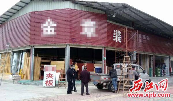 玑东路水果批发市场超门窗占用户外场地进行施工作业。通讯员供图