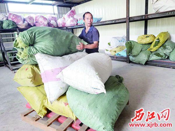 桂村贫困户在扶贫车间中工作。 扶贫组供图