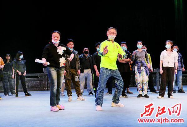 市粤剧团的演员们正在排练粤剧《西江龙母》。 西江日报记者 曹笑 摄