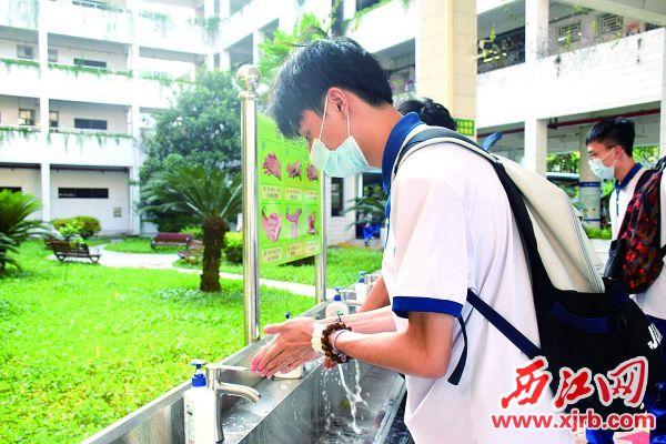 """学生按照""""六步洗手法""""洗手。 西江日报记者 陈松连 摄"""