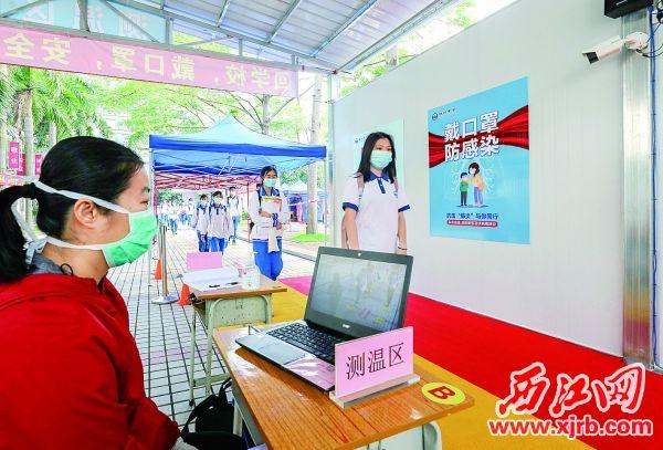 学生有序通过测温通道。 西江日报记者 曹笑 摄