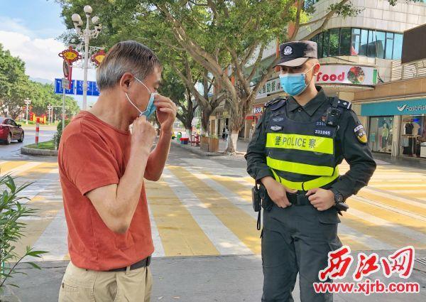 苏凯在天宁路执勤中,发现有市民没戴口罩,立即上前劝导其戴好。杨乐祺摄