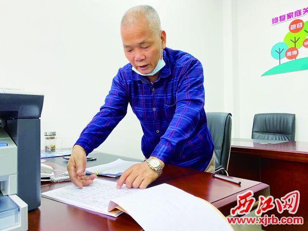 德叔有超过三十年的法院工作经验。 西江日报记者 刘浩辉 摄