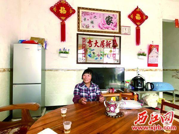 杨雪连新房子家电一应俱全,向记者讲述 脱贫经历。 西江日报记者 刘浩辉 摄