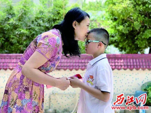 肇庆加美学 校学生感恩母爱。
