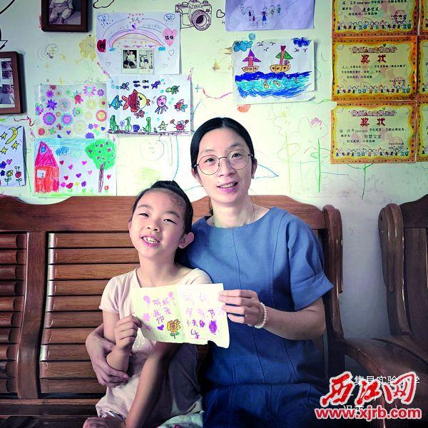 怀集县实验小学学 生为母亲制作贺卡。