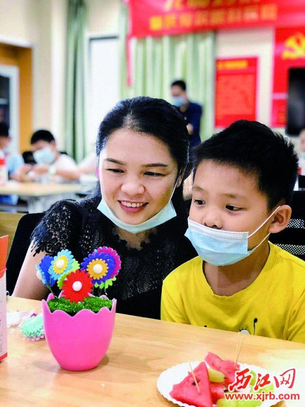 肇庆学院附属中学学生为妈妈制作礼物。