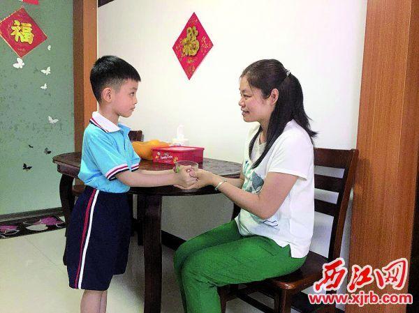 市一小幸福校区学生为妈妈泡一杯热茶。
