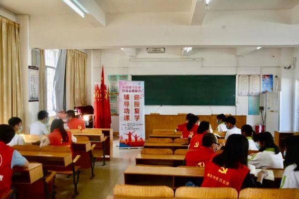 4月29日,市人社局、市技师学院志愿者在高要区河台镇开展活动