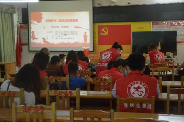 4月29日,市政数局志愿者在端州区蓝塘社区开展活动。