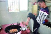 广宁县无臂残疾人邓俭辉——以脚当手托起一个家