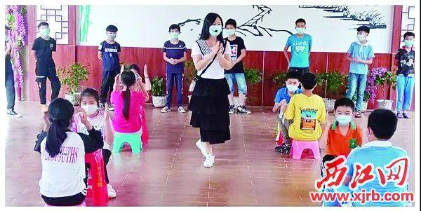 """广宁县洲仔镇中心小学学生在参加""""快乐触碰,抢糖果""""游戏。 肇庆市教育局供图"""