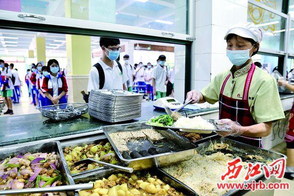 广东肇庆中学高中部饭堂,午餐有20多样菜式选择,营养搭配均衡。 西江日报记者 杨永新 摄