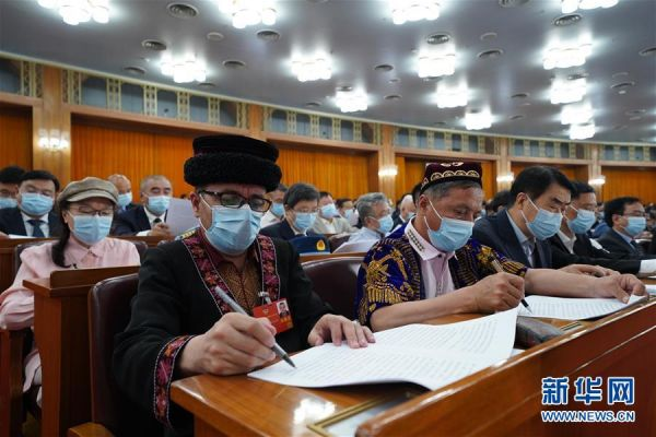 5月21日,中国人民政治协商会议第十三届全国委员会第三次会议在北京人民大会堂开幕。这是委员们在认真听会。 新华社记者 邢广利 摄