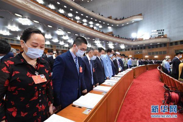 5月22日,第十三届全国人民代表大会第三次会议在北京人民大会堂开幕。全体与会人员向新冠肺炎疫情牺牲烈士和逝世同胞默哀。 新华社记者 饶爱民 摄
