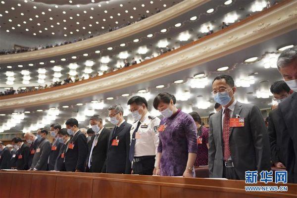 5月22日,第十三届全国人民代表大会第三次会议在北京人民大会堂开幕。全体与会人员向新冠肺炎疫情牺牲烈士和逝世同胞默哀。 新华社记者 王毓国 摄