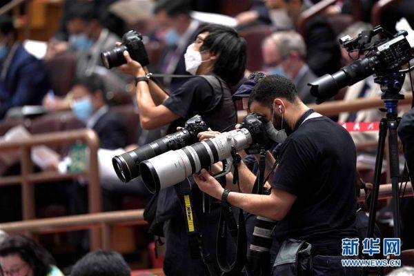 5月22日,第十三届全国人民代表大会第三次会议在北京人民大会堂开幕。这是记者在采访。 新华社记者 刘金海 摄