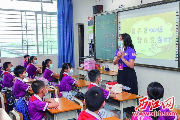 市第十六小学明月校区老师向同学们讲授防疫知识。 西江日报记者 曹笑 摄