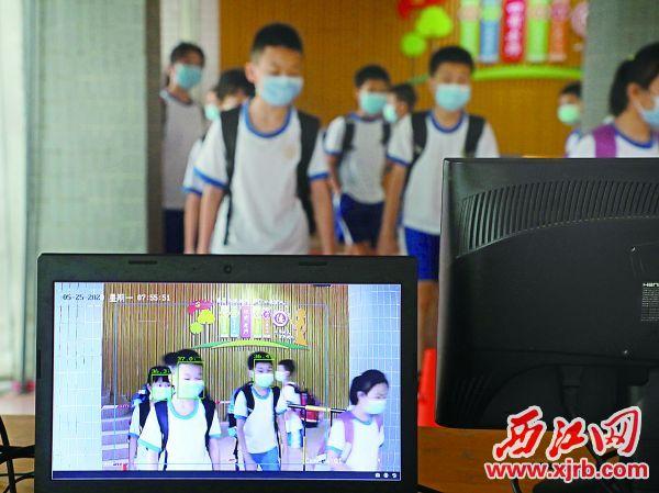 在市龙禧小学,学生进行红外线测温。 西江日报记者 刘春林 摄