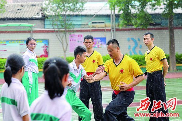 武术老师在指导学生练习武术套路。  西江日报记者 曹笑 摄