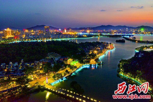 流光溢彩的端州夜色讓游客流連忘返。    西江日報記者 梁小明 攝