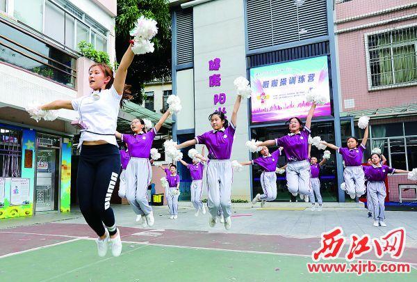 同学们伴着音乐的节奏在老师带领下欢呼跳跃。 西江日报记者 梁小明 摄