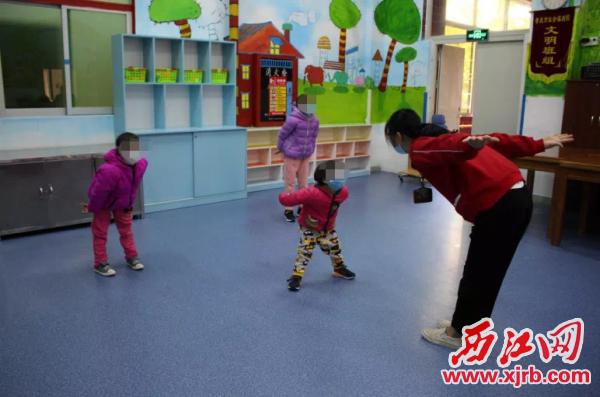 社工与孩子们在一起做游戏。单位供图