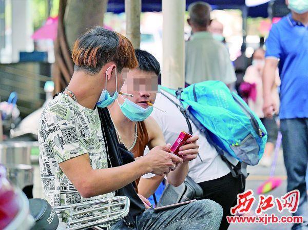 目前,青少年吸烟已成为控烟工作的一大难点。图为市第二人民医院非吸烟区,年轻烟民在吸烟。 西江日报记者 吴威豪 摄