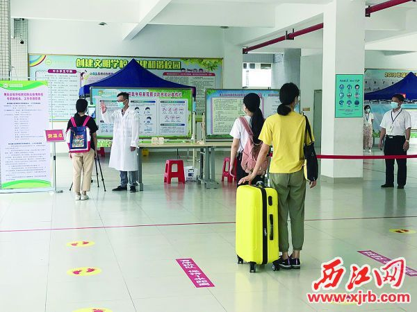 肇庆启聪学校学生有序排队测温。 西江日报记者 苏燕君 摄