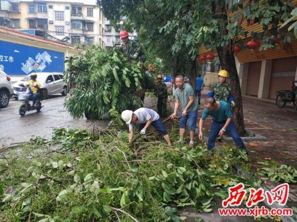 清理倒伏树木和断枝树木工作现场。通讯员供图