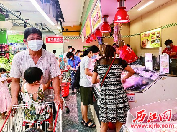 昌大昌超市端州新世界店的生鮮區域,購物的市民絡繹不絕。 西江日報記者 楊永新 攝
