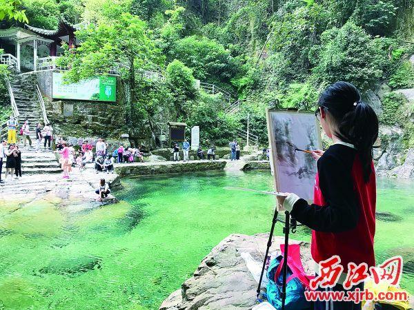 鼎湖區的小朋友在鼎湖山飛水潭寫生。 謝順祥 攝
