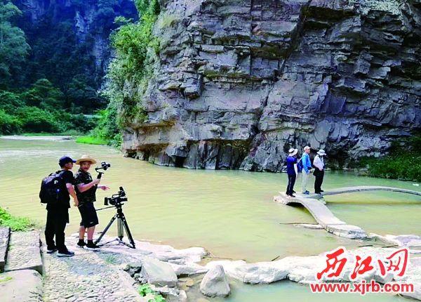 6月11日,救灾人员在怀集县洽水镇谿村天塘路段进行塌方清理工作。西江日报记者 梁小明 摄