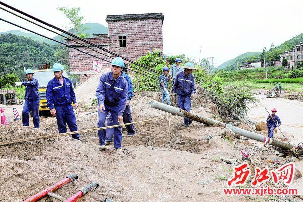 6月11日,供電人員在懷集縣洽水鎮坡下村進行電力搶修工作。 西江日報記者 梁小明 攝