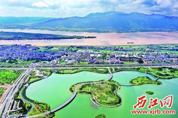 緊靠西江的硯陽湖,碧水和風、綠島回廊,景致迷人。