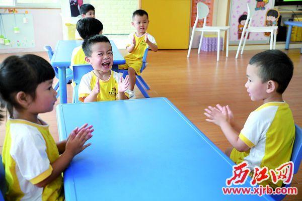 昨日,肇慶實驗幼兒園小班的小朋友回到幼兒園。 西江日報記者 劉春林 攝